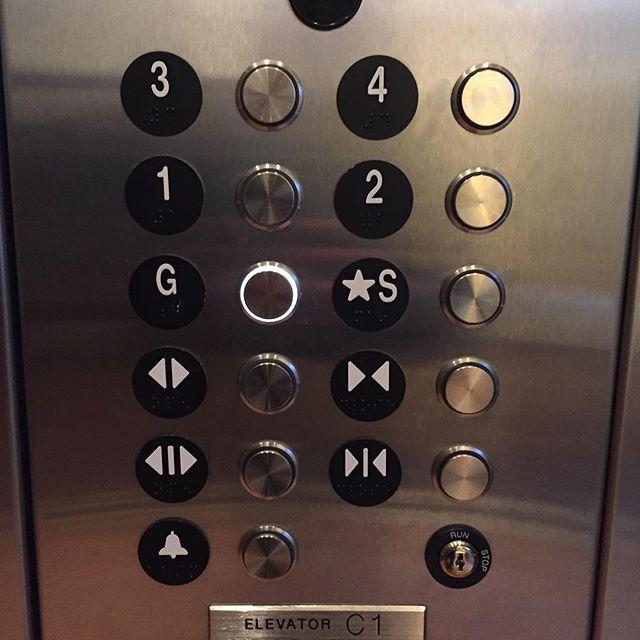 今お世話になってるアパートメント。G はガレージ、S はストリート(屋外に通じる出口)。1階(住居)がちょっと高いところから始まるからこんなエレベーター。
