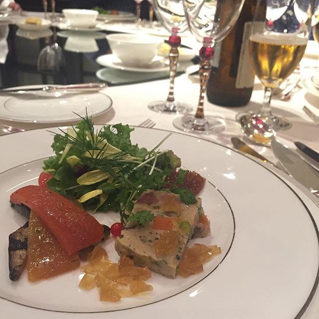 料理長も参加のパーティー。メニュー考案した彼曰く「シンプルな料理だったよ」とのことですが、いやいや!わかります?赤い小さな丸いの、極小トマト。初めて見たー。