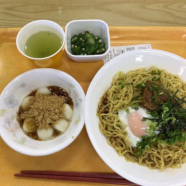 台湾まぜそば、きびだんご、オクラ。まぜそばがうまかった。多分リピートする!#今日の昼ごはん