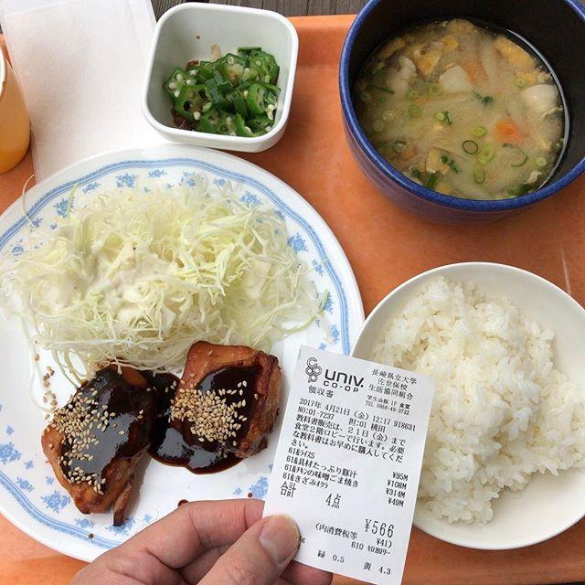 チキンの味噌ゴマ焼き、豚汁、オクラ(必須)。566円。名古屋的な濃厚チキンでした(想像)。 #今日の昼ごはん