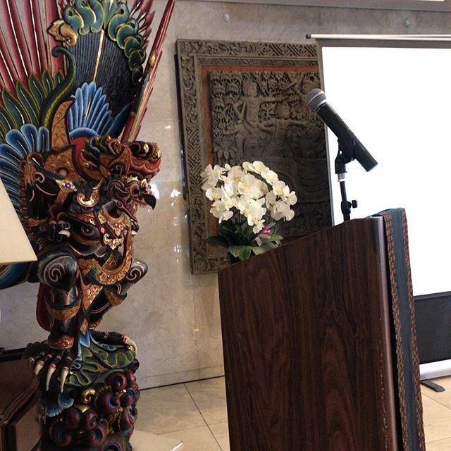 背後からガルーダに見守られて今日の通訳現場。さすがインドネシア大使館。