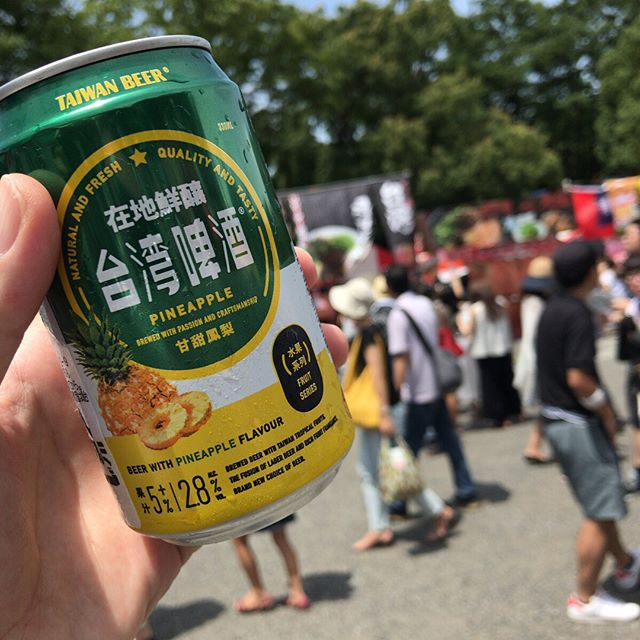 #今日の昼ごはん は歩いていける代々木公園の台湾フェスタで。魯肉飯食べ比べ。と、パイナップルビール。魯肉飯の1つ目は肉少なかった。。