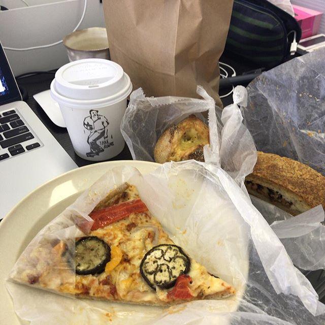 #今日の昼ごはん は #ルヴァン のパンと、そのお隣の #リトルナップコーヒースタンド のコーヒー 。昼ごはんとしては毎日食べるには予算オーバーですが、どちらもおいしい。(ときどき)また来ます。