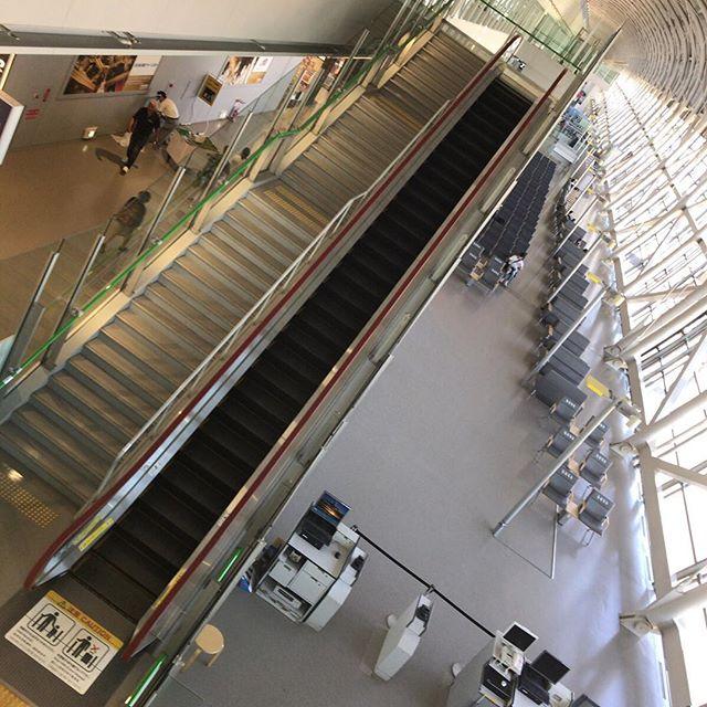 階段、エスカレーター、などなど空港は写真が忙しいです。帰国しました。 #今日の一点透視法
