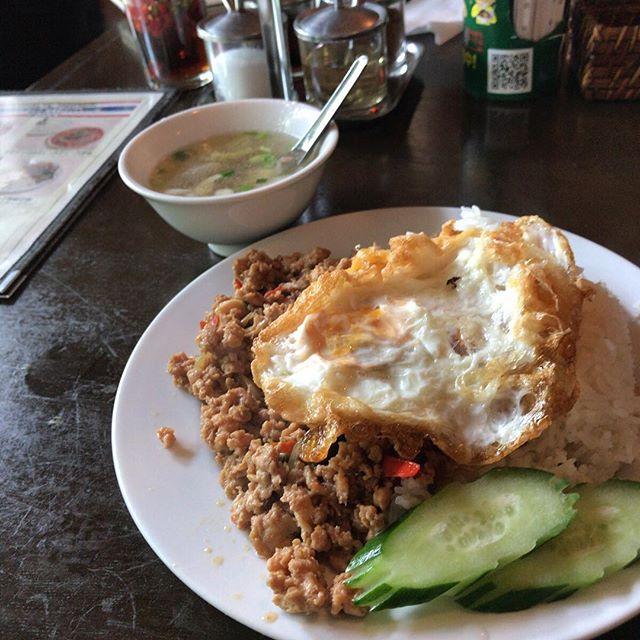 ガパオライス。テーブルの奥に置いてある調味料でさらに刺激的に。#今日の昼ごはん