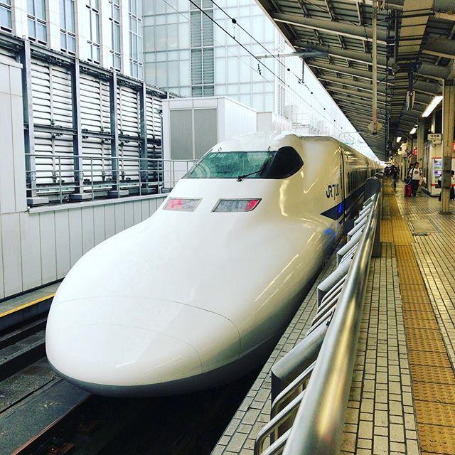 これから京都へ。東京駅から新幹線に乗るのって20年ぶりくらい。富士山は見えないだろうなあ。 #今日の一点透視法