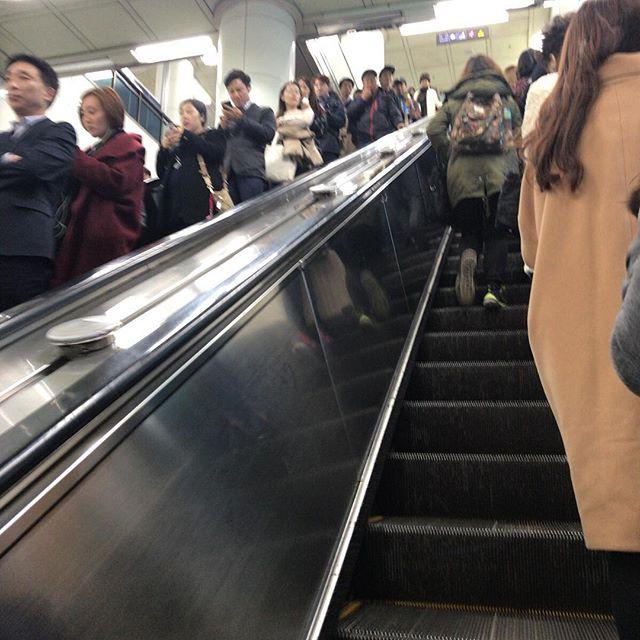 ソウルのエスカレーターでは、立ち止まる人は右側。#今日の一点透視法