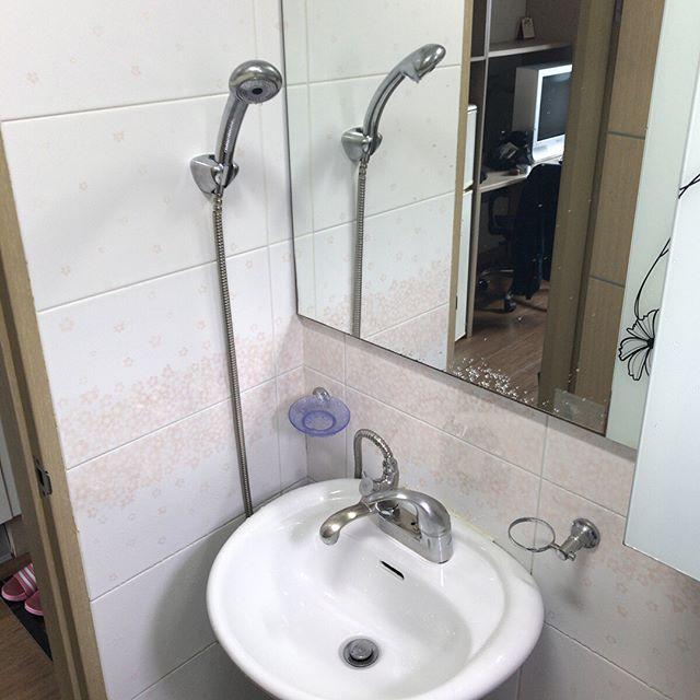Airbnbで見つけた部屋に泊まってます。洗面所兼トイレにシャワーがあるのですが、特にシャワーのスペースはなく、つまりユニットバスじゅうがびしゃびしゃ。どうやら韓国ではそういうもんらしいです。