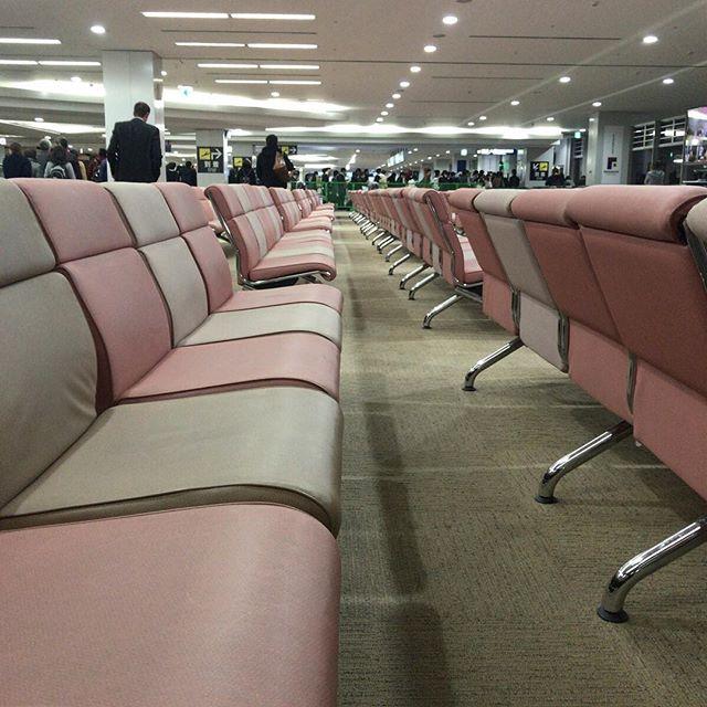 到着した空港でもしつこく奥行きを求めて。#今日の一点透視図法
