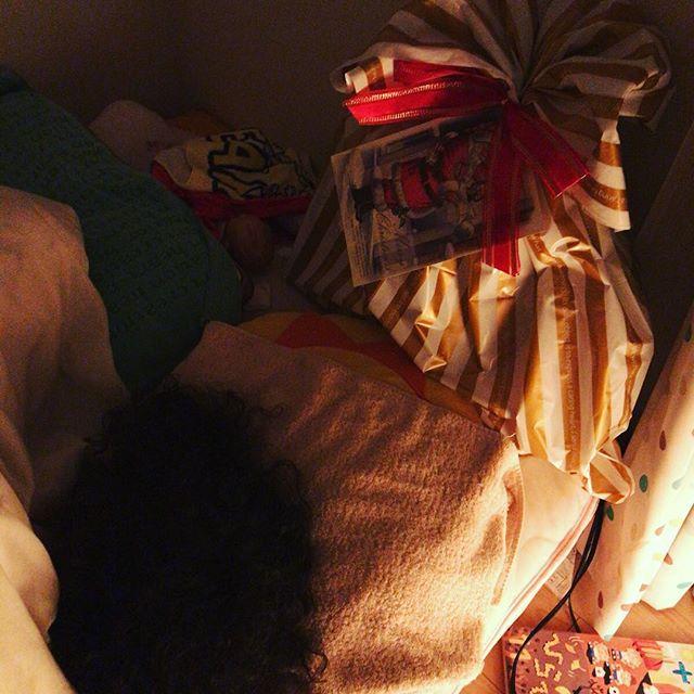 「たくさんの子供のところに行かなきゃで忙しいから24日に来ることもある」と煽ったところ早々に寝つき、サンタさんもつつがなく任務完了したみたい。(25日月曜という平日の朝におもちゃ開梱は避けたいという大人の事情をサンタさんは汲んでくれた。男前。)