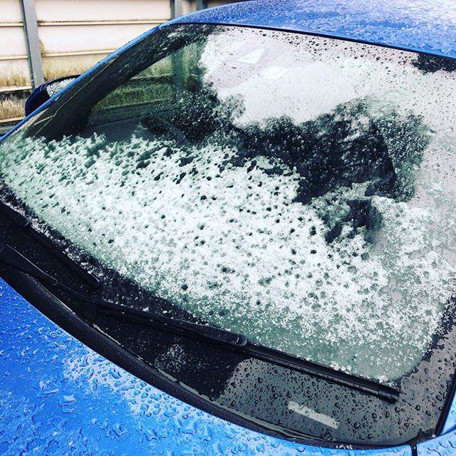 今日はゆっくり目の出勤なのですが、車に雪積もってる!
