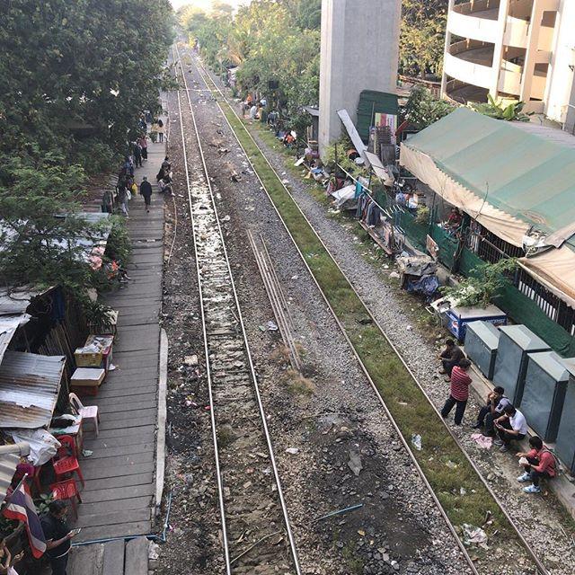 駅のホームなのか生活スペースなのか、どちらだろう。#今日の一点透視図法 #bangkok #thailand