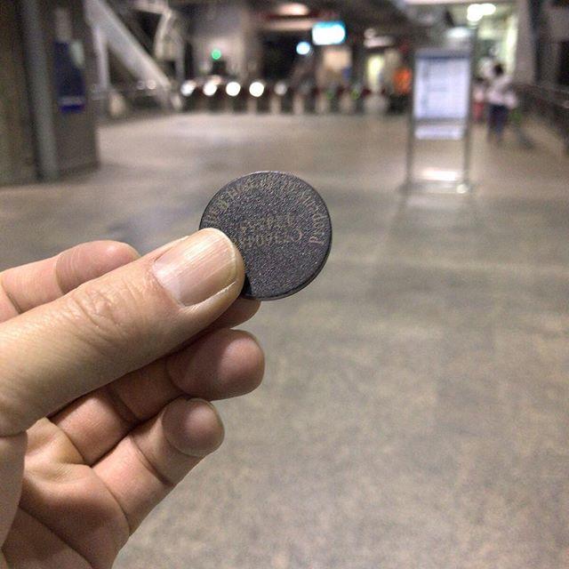 空港への電車の切符はこんなコインみたいなの。中にチップが入ってるみたいだよ。