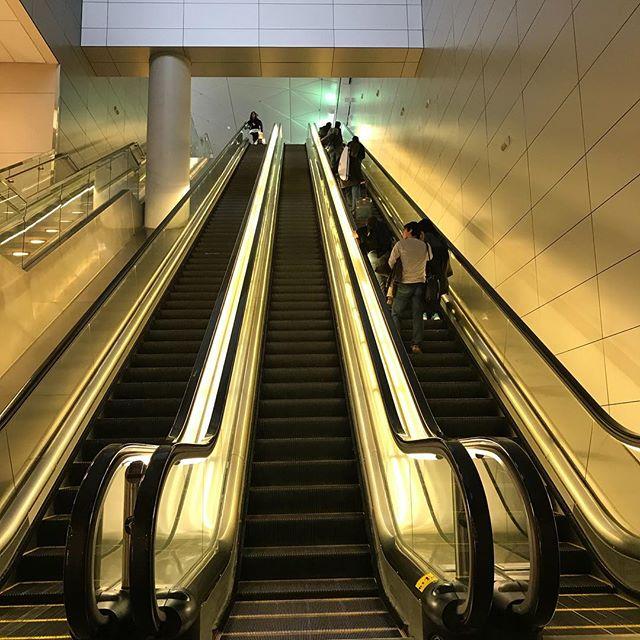 ダラスに到着。乗り換えのために電車に乗らなきゃらしい。Landed at Dallas. Will take train for the connecting flight. #今日の一点透視図法