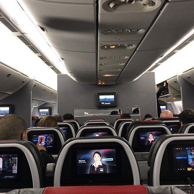 「ミスター、ユゥオゥ」と搭乗の最終案内で名前呼ばれたのでバタバタと着席。ユゥオゥ!#今日の一点透視図法