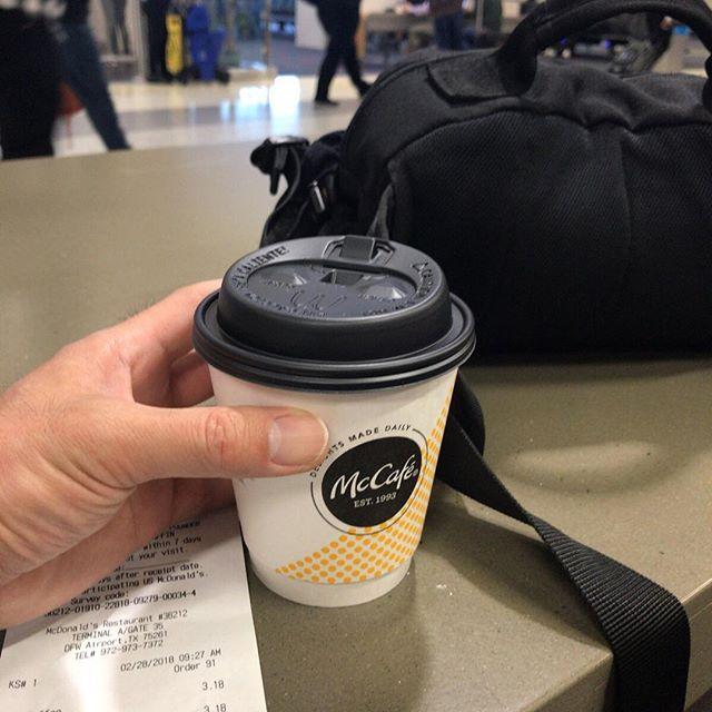 乗り換え待ち中、マクドナルドのホットコーヒーSサイズを買ってみたよ。カップの高さは小さいのだけれども直径が大きいよ。