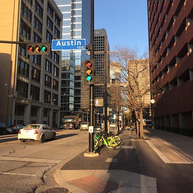 ダラスのダウンタウンは高層ビルもあるけどこじんまり。通りの名前はAustinだけどここはDallas.