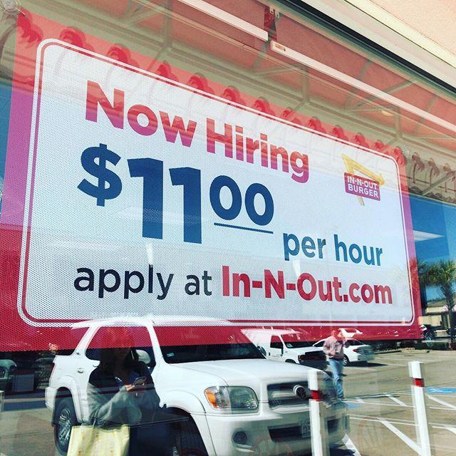 ハンバーガー屋さんの「バイト募集してます」。時給は約1,100円。いいよねえ?