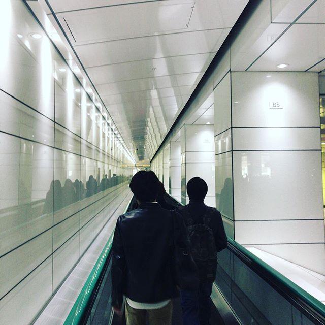 西新宿で打ち合わせ。高層ビル街に向かうムービングウォークでサラリーマン気分を満喫。#今日の一点透視図法