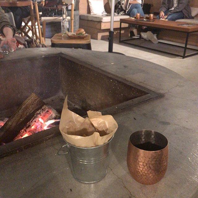 そのあとはルーフトップバー。初秋といってもいいような気温に焚き火。落ち着きます。