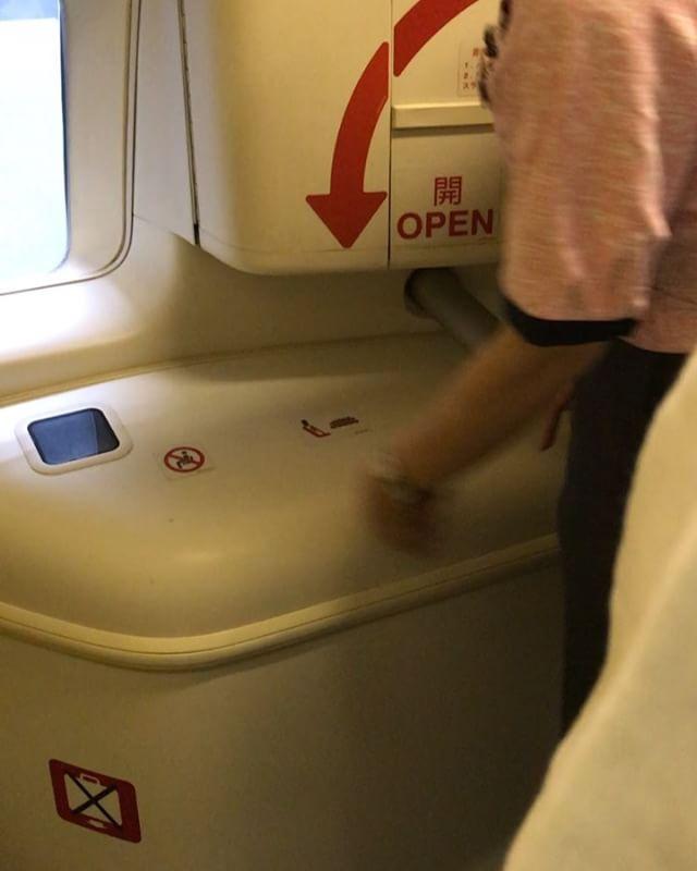 飛行機のドア、ガッチャンって開けるかと思ったら割と自動ドアっぽい動き。#飛行機のドア
