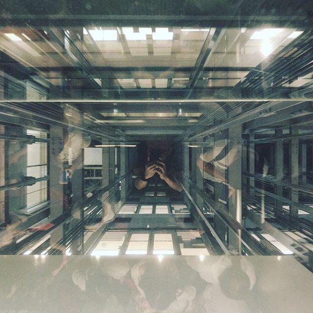 透明エレベーターにて上昇中に見上げてみた。#今日の一点透視図法