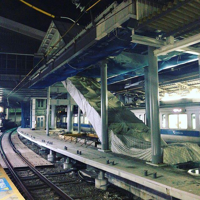 現在、駅の工事中。ここにエスカレーターができるんだね。#今日の一点透視図法