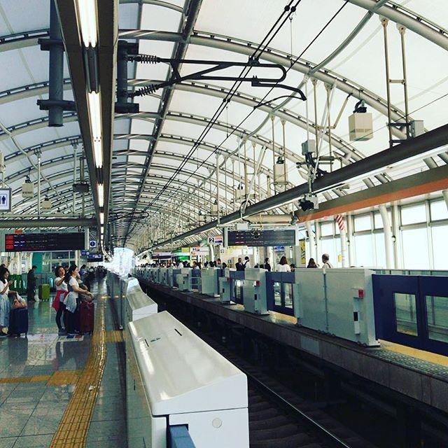 台風のせいか、蒸し暑くなった。これから成田空港へ。しかし外国に行くのではないけどね。#今日の一点透視図法
