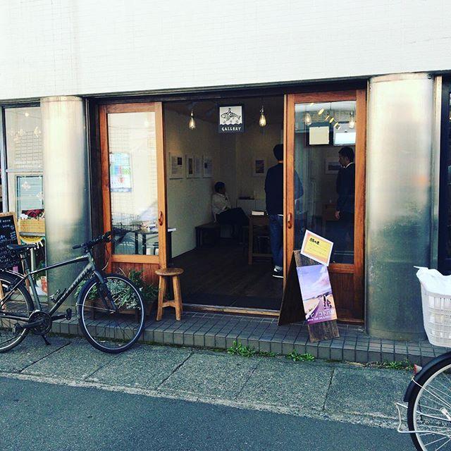 飛行機に乗る前にちらっと鎌倉へ。『タビノコトバ』展へ。旅にまつわる文章を展示するという企画。展示してる文や写真を本にしたものもあるのだけど、文を展示するっておもしろいなあ。10/21(明日)まで。鎌倉にいらっしゃる方はぜひ「タビノコトバ 鎌倉」で検索してみてね。