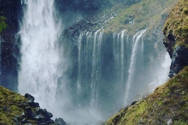 華厳の滝はメインの滝も見応えあるけど、横のチョロチョロが愛おしかった。#華厳の滝 #kegonfalls