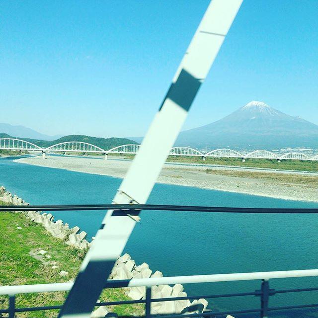 名古屋に向かってます。E席に座れてラッキー。富士山!すこしだけ #今日の一点透視図法