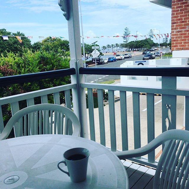 前の通りを渡って、ちょっと奥に行ったらもうビーチ。ベランダでコーヒー飲んでたら潮の匂い。