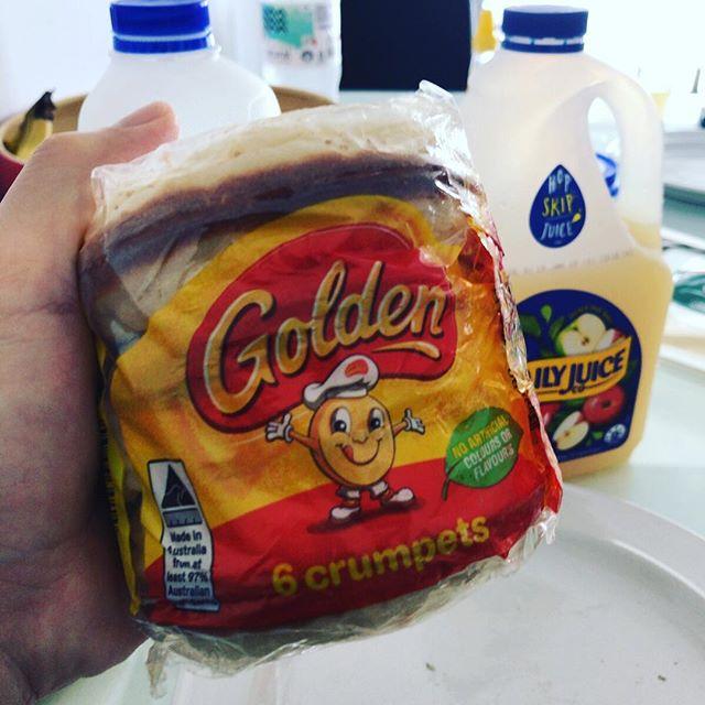 今日の朝食。甘くないパンケーキ。パンとみなしてチーズ乗せたりしてるけど正しい食べ方なのかな。