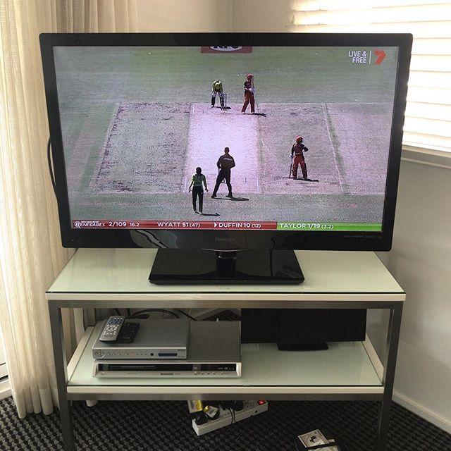 オーストラリア滞在中のテレビ。クリケットがわからなさすぎて、却って見入っちゃった。大学の時にスポーツの授業でちらっと試したはずけど(英国に縁のある先生が多い学校だったから)もうすっかり記憶もないしねえ。。クリケットを見ての今の感想としては「全方向野球」