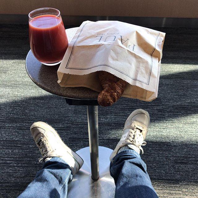 朝ごはんは空港で買ったパンとトマトジュース。通りがかって入ったパン屋さんのBGMが、Billy Joel のPiano Man でなんだか嬉しかった。