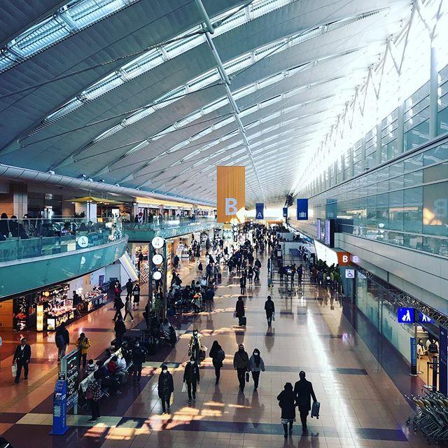 いろんな「行ってきます」が交錯してる #今日の一点透視図法 #羽田空港 #todaysonepointperspective #hnd