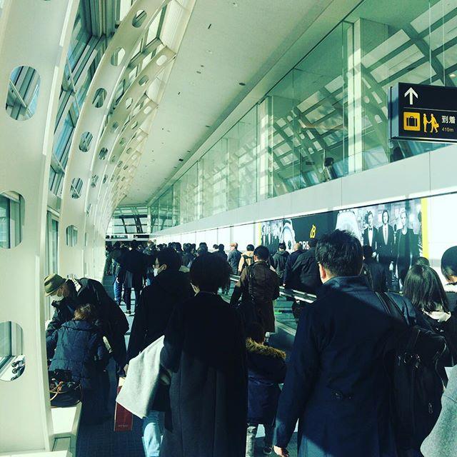 いろいろ予定変更になりこの時間に羽田空港。たまたま到着便が重なったのか今日は混んでるなー。#今日の一点透視図法