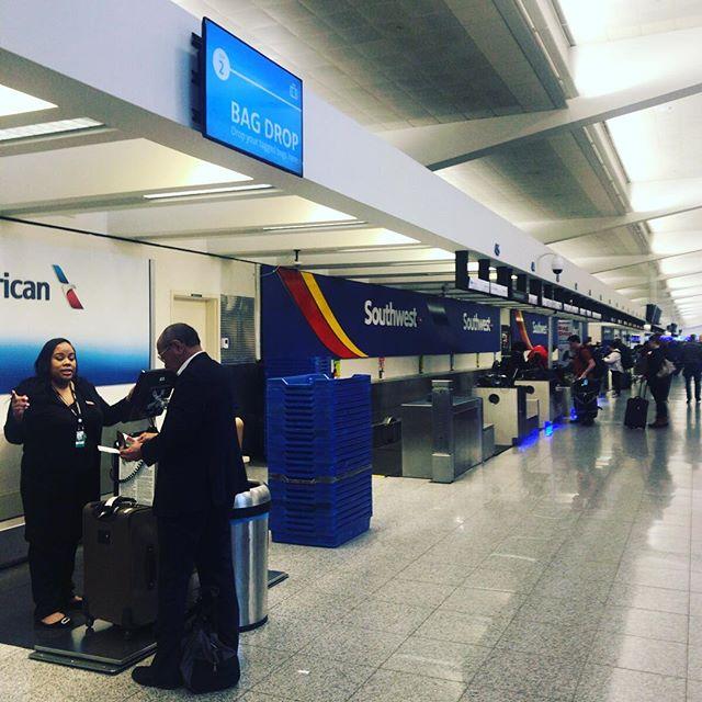 やはり空港は #今日の一点透視図法 がよく撮れる。そしてこの写真、TOEICのPart 1ぽくない?これからダラスに移動するよ。