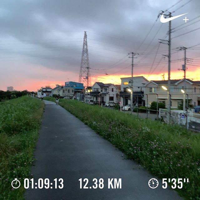 今日は暗くなる前に走れた。ギラギラの夕焼けにも遭遇。#nrc #running #jogging #ランニング #ジョギング #今日の一点透視図法