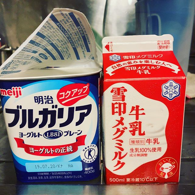 牛乳:雪印メグミルク牛乳乳脂肪分:3.5%以上容量:500ml菌:ブルガリア 100g温度:38℃ ←NEW時間:8時間結果:温度を変えると何か変わるかと思い、38℃に設定。が、食感に変わりなし。味は好みの酸っぱ目ブルガリアテイスト。数日たったら硬さが増した。この時間が経ってから(もちろん冷蔵庫保存)の差に当初の温度差が現れてる?? #ヨーグルト日記 #ヨーグルト #ヨーグルトメーカー