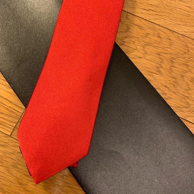 明日に備えて赤のネクタイが必要なので買っちゃった。ドナルド・トランプみたいのくださいって言いました。