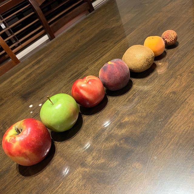 左から、りんご、青りんご、ネクタリン、黄桃、キウイ、プラム、ライチ。フルーツが安いのでいろいろ食べてます。From left: apple, green apple, nectarine, yellow peach, kiwi fruit, plum, lychee. Enjoying the reasonably priced fruits.