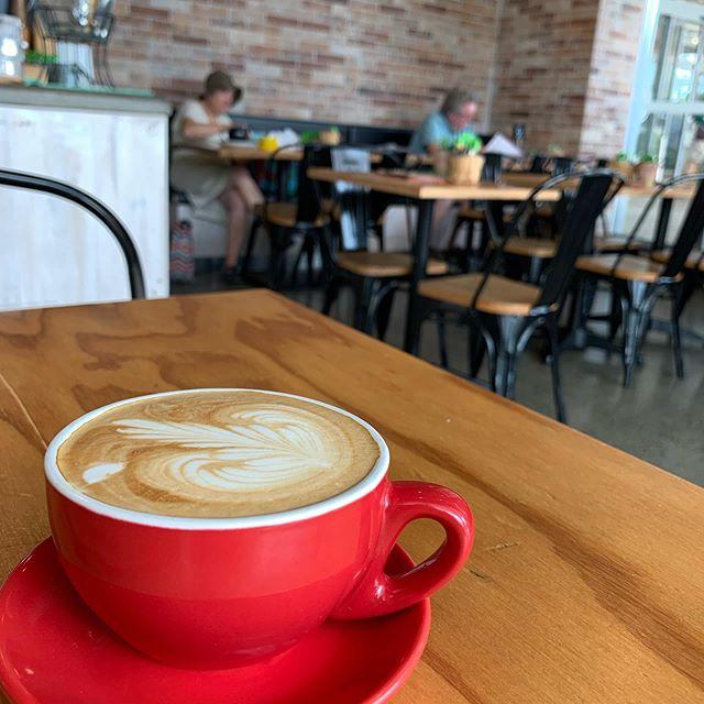"""最近よく来てるカフェにて。オーストラリアではこれのことを Flat white と呼ぶのだそうだけど、メニューにはLatte もある。Latte を注文するとどんなのが出てくるんだろ。明日の楽しみにしとこ。Becoming a regular customer at this cafe. This is called """"flat white"""" in Australia but they do have """"latte"""" on the menu too. What is """"latte"""" then? Will try tomorrow."""