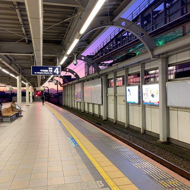 同じく電車待ちの、近くにいたご婦人とすごいですねー、と感想を共有。夕焼けの消失点に富士山。#今日の一点透視図法 #経堂