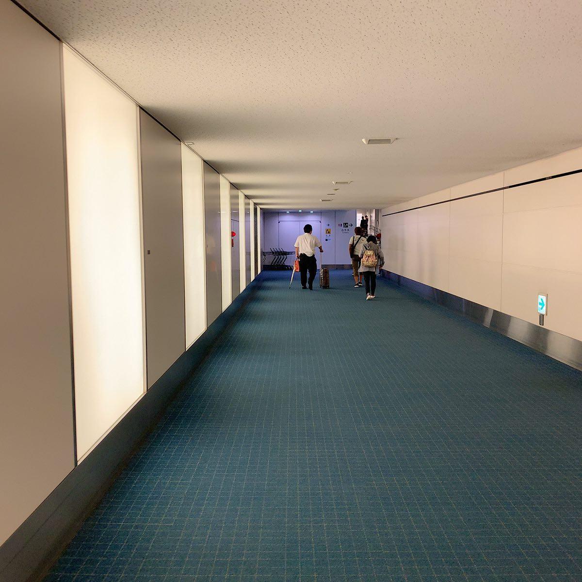 第2ターミナル53番ゲートに着くとこんな通路を通れます。#今日の一点透視図法